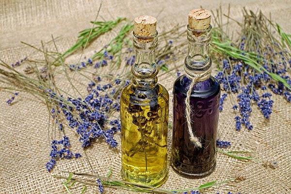 น้ำมันหอมระเหยลาเวนเดอร์ (Lavender Essential Oil)